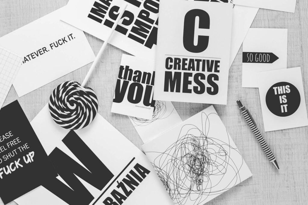werbekueche-corporta-identity-branding-kreatives-chaos-schreibtisch